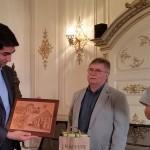 Jean-Michel FETSCH remet à Julien RANC une gravure à l'eau-forte sur cuivre représentant la ville de Lauterbourg.